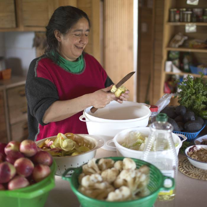 Senda Darwin, cooking with Emerlinda